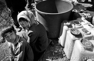 段玉良/排队接水的村民,大旱提醒我们,要珍惜水资源(资料图)摄影:...